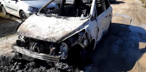 Veículo utilizado em fuga por criminosos em Atílio Vivácqua é encontrado incendiado