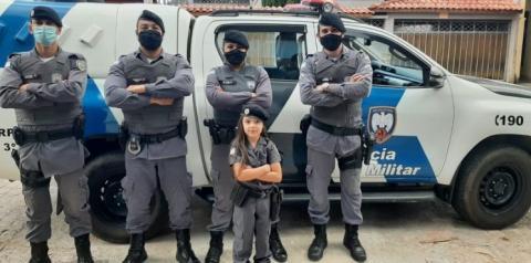Menina recebe visita surpresa da Polícia Militar no aniversário de cinco anos