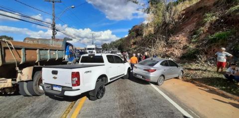 Motorista perde controle de caminhonete e bate em quatro veículos em Cachoeiro