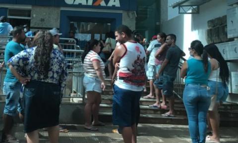VÍDEO | Caixa Econômica não controla aglomeração de pessoas do lado de fora a agência em Marataízes
