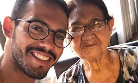 Neto aproveita isolamento para alfabetizar avó de 85: sonho