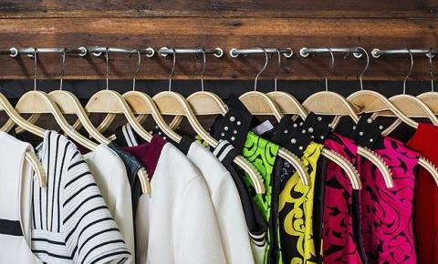 Confira truques simples para tirar o cheiro de mofo das roupas e do armário