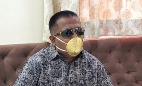 Homem indiano manda fabricar uma máscara facial de ouro maciço