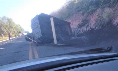Caminhão carregado de areia tomba na ES-060, em Marataízes