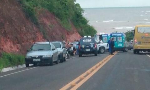 Homem fica preso às ferragens em acidente na ES 060 em Marataízes