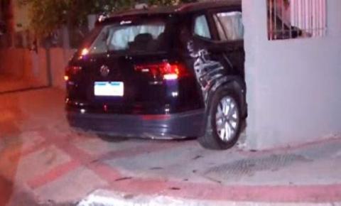 Carro invade garagem de prédio após motorista perder controle da direção do veículo em Vila Velha