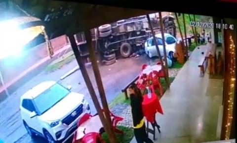 VÍDEO | Caminhão tomba na pista, mata ajudante e fere gravemente motorista em Vargem Alta