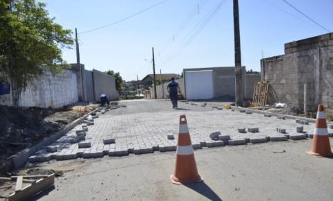 Obras de drenagem e pavimentação seguem no bairro Planalto em Anchieta