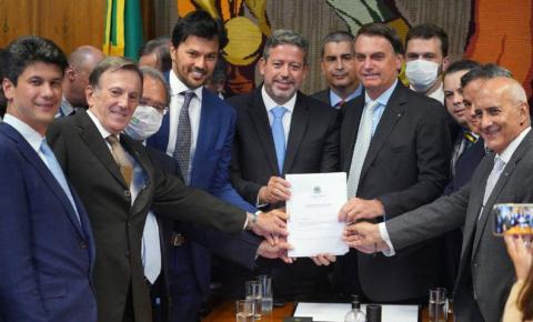 Bolsonaro entrega à Câmara PL que permite privatização dos Correios