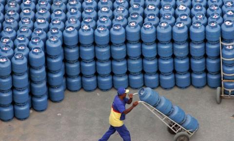 Bolsonaro anuncia imposto federal zerado para diesel e gás de cozinha