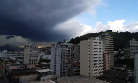 Avanço de frente fria pode provocar chuva e ondas de até 4,5 metros no ES