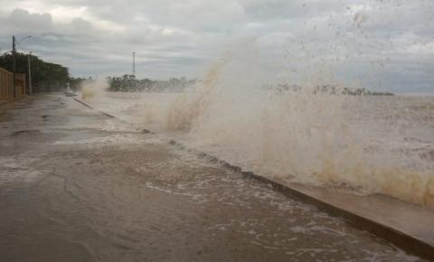 Maré alta interdita rua em Anchieta