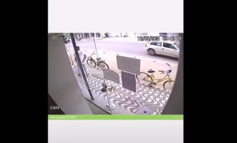 Câmeras de segurança flagram furto de bicicleta no Centro de Piúma