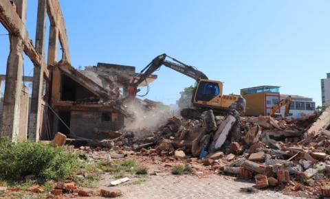 VÍDEO   Prefeitura retoma a demolição do Iate Clube de Marataízes