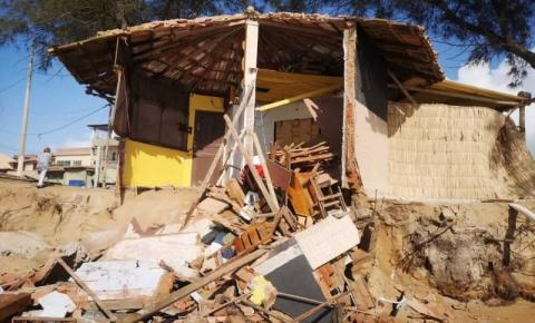 Ressaca forte derruba quiosque e ameaça outro em Marataízes