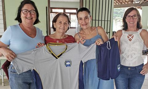 Piúma entrega uniformes escolares para alunos da rede municipal