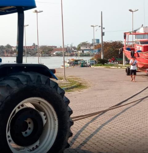 Prefeitura de Marataízes ajuda pescadores com barco avariado
